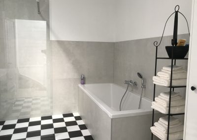 b&b Den Haag Valkenbos badkamer met ligbad