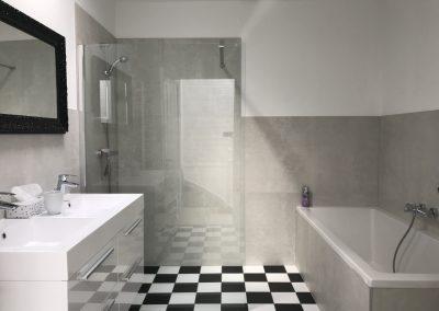 b&b Den Haag Valkenbos badkamer met inloopdouche