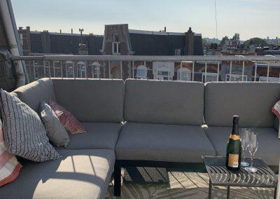 Zitje aan achterzijde op het terras van B&B Valkenbos Den Haag