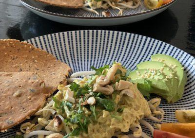 Huisgebakken glutenvrije crackers met vegan kip-kerrie salade